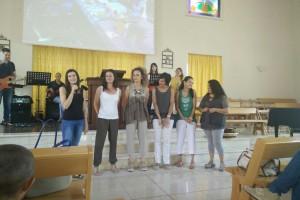 Comunione fraterna di donne che pregano, cantano e gioiscono insieme davanti al Signore